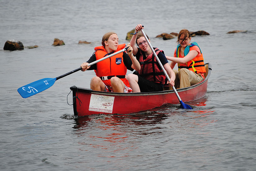 Teamerinnen im Kanu